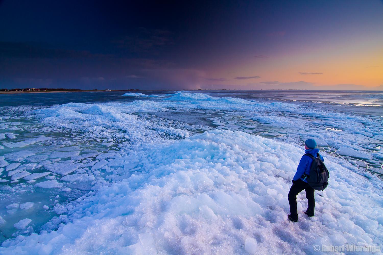 Fotograaf op kruiend ijs bij Hindeloopen