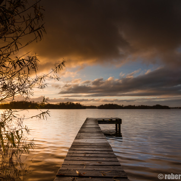 Steigertje aan het Paterswoldese meer tijdens een zonsondergang in de herfst.