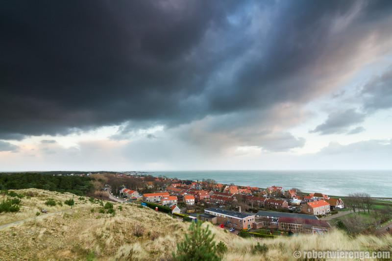 Donkere wolken boven Oost-Vlieland